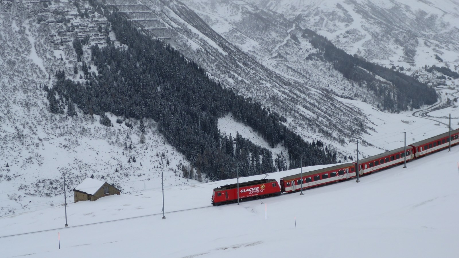 Ski Academy loves traveling around Andermatt by train; Matterhorn-Gotthard-Bahn; Glacier Express; ski and train; beautiful train ride; panorama; apres-ski train; excursions to Disentis or Airolo;
