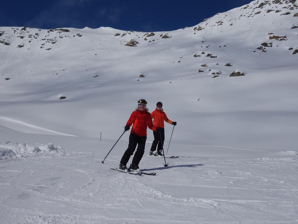 Women's Camp Ski Academy Andermatt; best ski school in Andermatt; girls only; skiing; performance