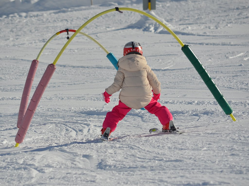 Private ski lessons for kids; Andermatt; endless fun; Ski Academy Andermatt; beginner area Realp; Matti's kids area; learn to ski; patient kids instructors; ski under the hoops