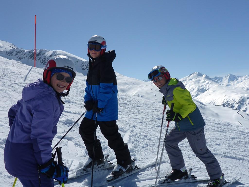 Kinder-Privatunterricht; Privater Skiunterricht; Ski Academy in Andermatt; bester Privatunterricht; Ski Camps für Teenager; Go with a Pro; Sonnenschein und Pulverschnee;