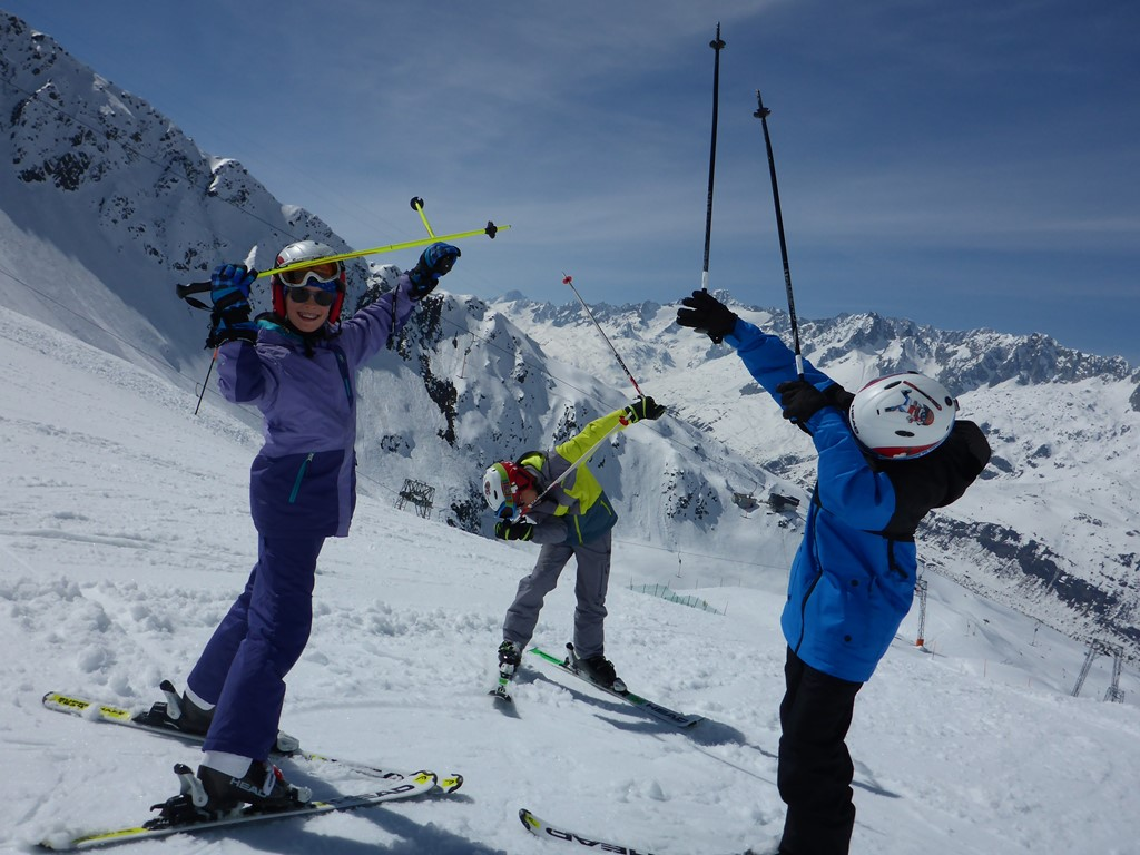 Ski and English Camp for Teens; Ski Camp Andermatt; Ski Academy; sun and snow; learn to ski; improve your ski and english skills; endless fun; ski with peers;