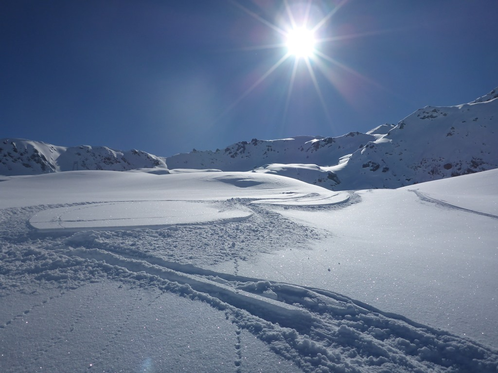 Powder in Andermatt; freeriding; off-piste; coaching; Ski Academy; ski touring; bluebird day; sunshine and powder;
