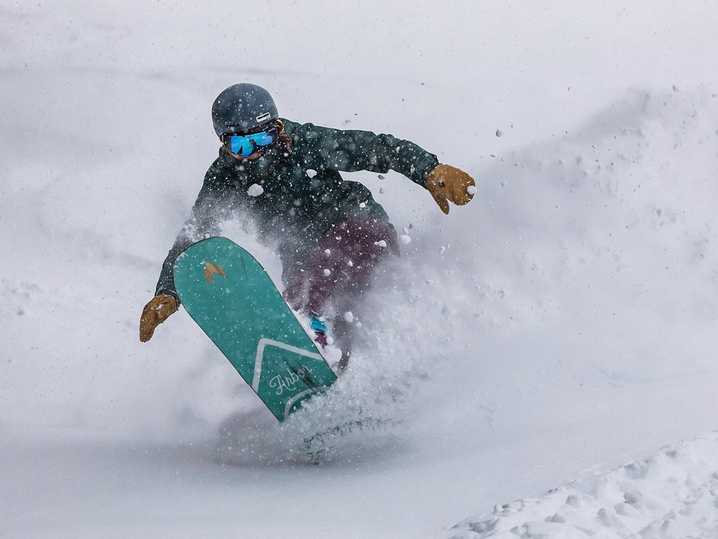 off-piste snowboarding with Ski Academy Andermatt; freeride; private snowboard lessons; ultimate adventure; ride powder; snowboarding; know your risk; go with a pro;